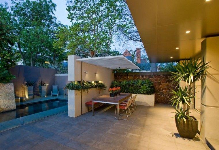 patio exterior piscina jardineras mesa