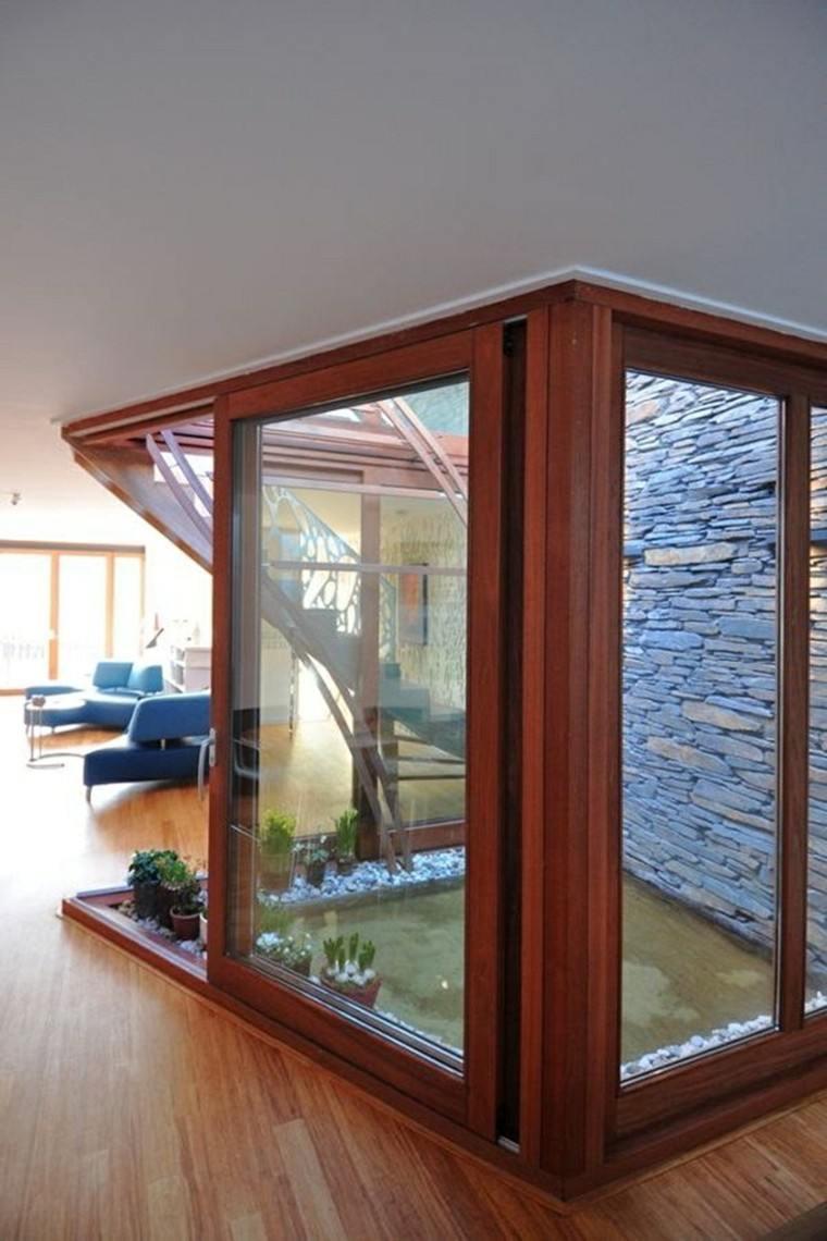 patio interior cabina madera plantas