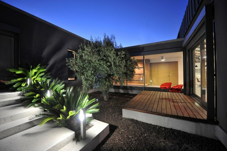 patio noche luces palmas escaleras