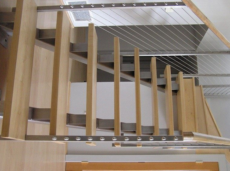escalera peldaños madera baranda metal