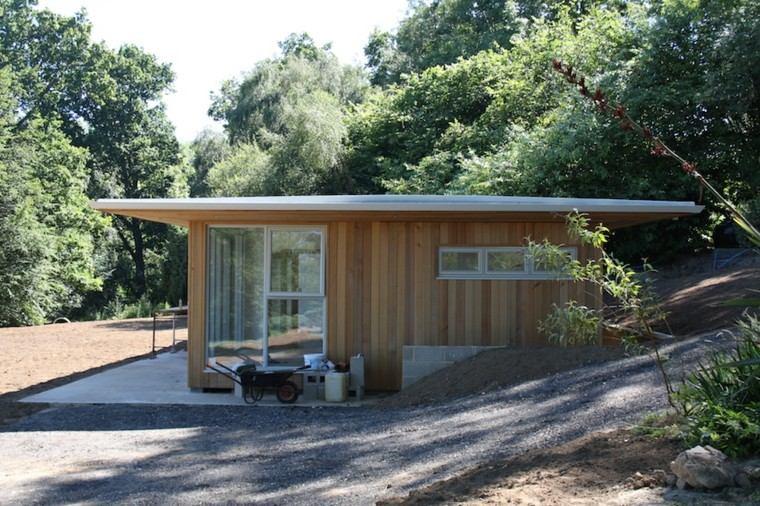 pequeña cabaña madera techo blanco