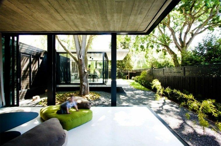 pergola madera negra valla madera jardin amplio plantas ideas