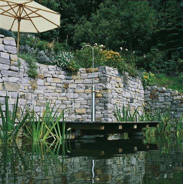 plataforma madera estanque ducha sombrilla