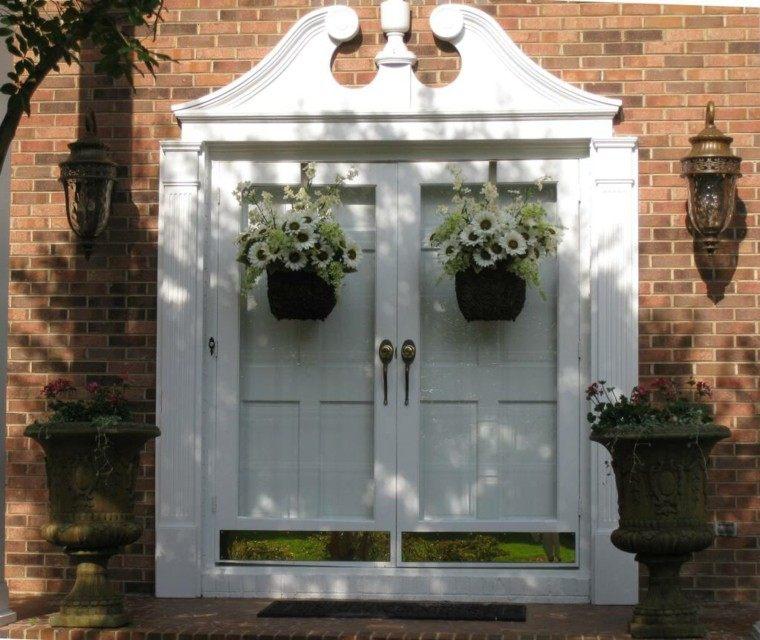 puertas decoracion blanca macetas ladrillos
