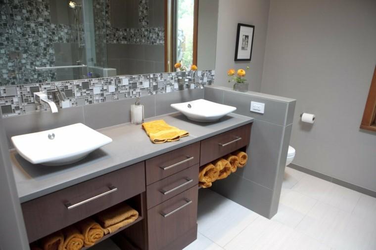 reformas de baños puerta toallas estante flores