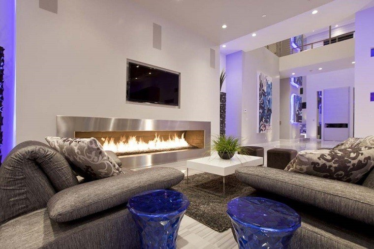 salon moderno taburetes azules chimenea