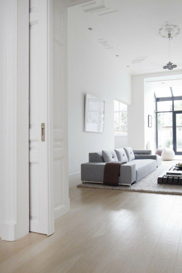 Baño Minimalista Gris:sofá de color gris y paredes blancas en el salón moderno