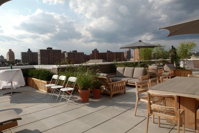 terraza atico sillas blancas