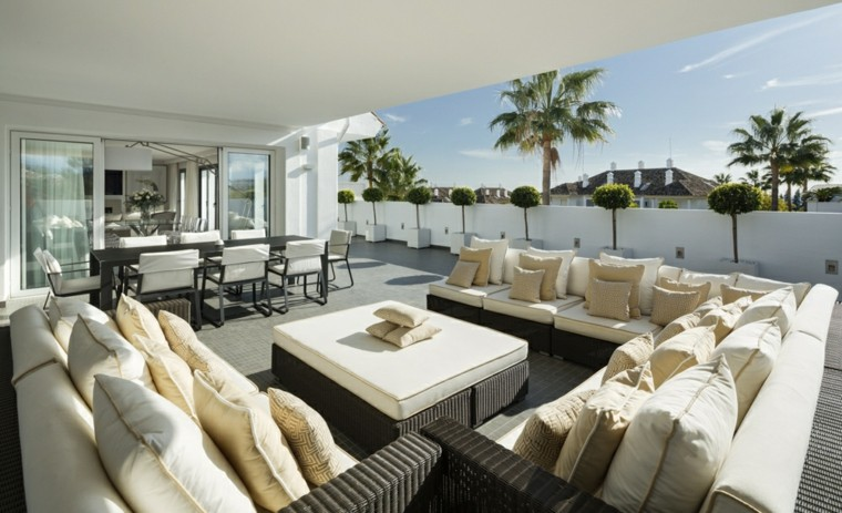 terraza cubierta y muebles rattan