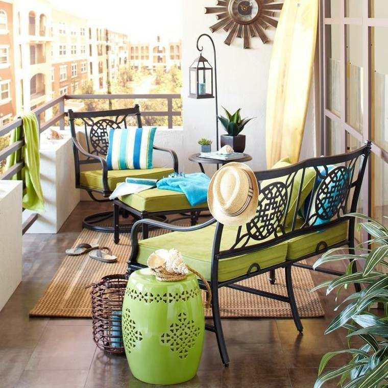 terraza pequena decorada alfombra cojines verdes reloj ideas