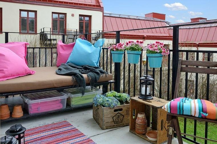 terraza pequena macetas banco madera negra ideas