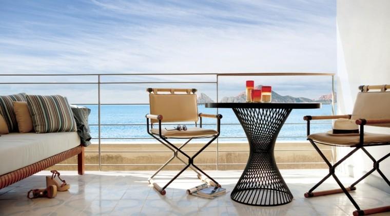 terraza pequena sillas plegables mesa acero negro ideas