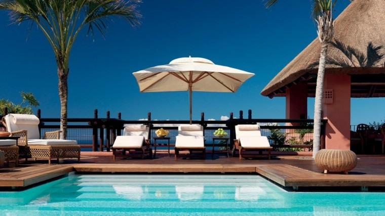 terraza piscina tumbonas sombrilla palmeras ideas
