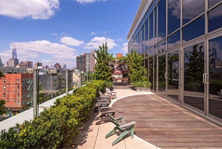terraza soleada sillas madera verdes