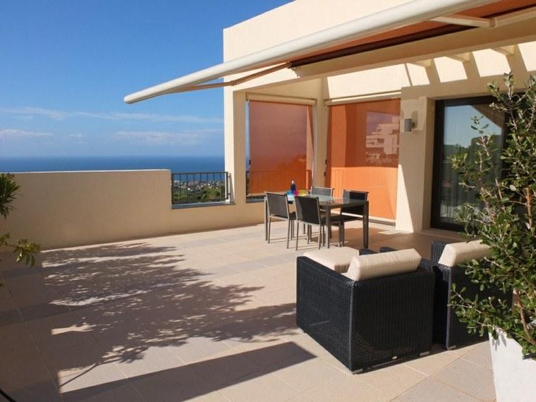 terraza vistas sillones negros mimbre