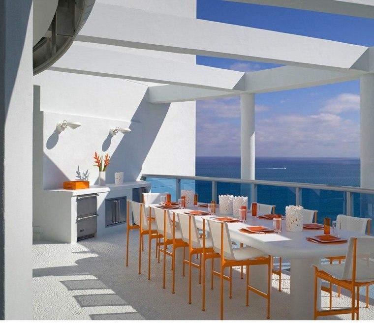 terrazas decoradas sillas mesa blancas toques naranja ideas