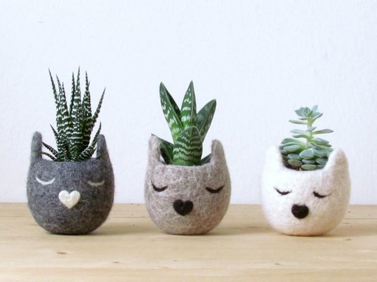 tres gatitos macetas plantas tela