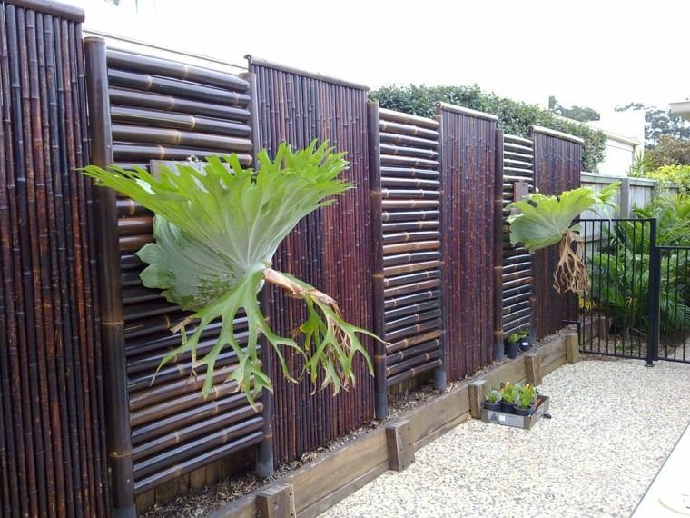 vallas madera oscura jardin plantas piedras ideas