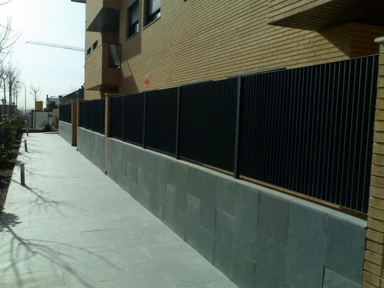 vallas metalicas negras losas calle casa grande ideas