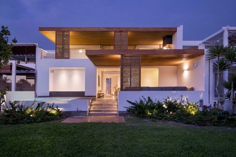 vista casa jardin atardecer techos de madera