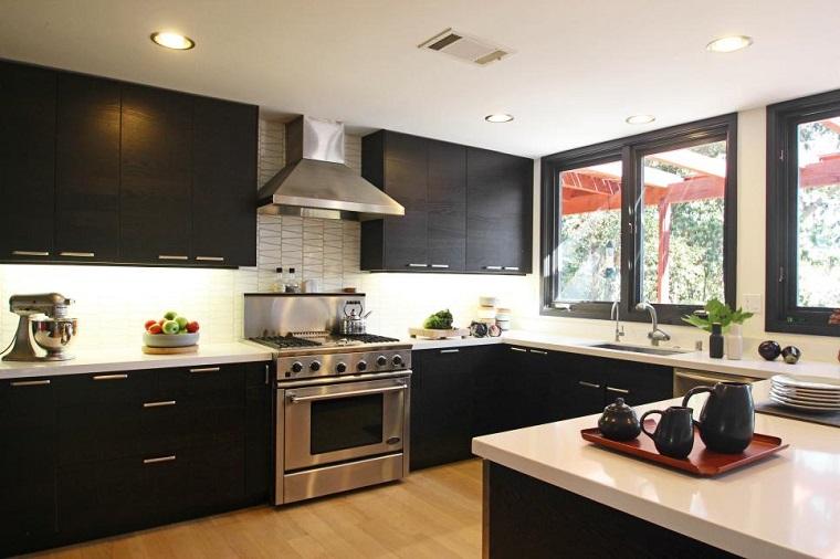 Daniella Carter cocina moderna negra pared losas blancas ideas