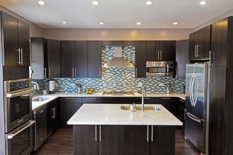 Rebecca Pogonitz muebles negros isla mosaico pared cocina ideas