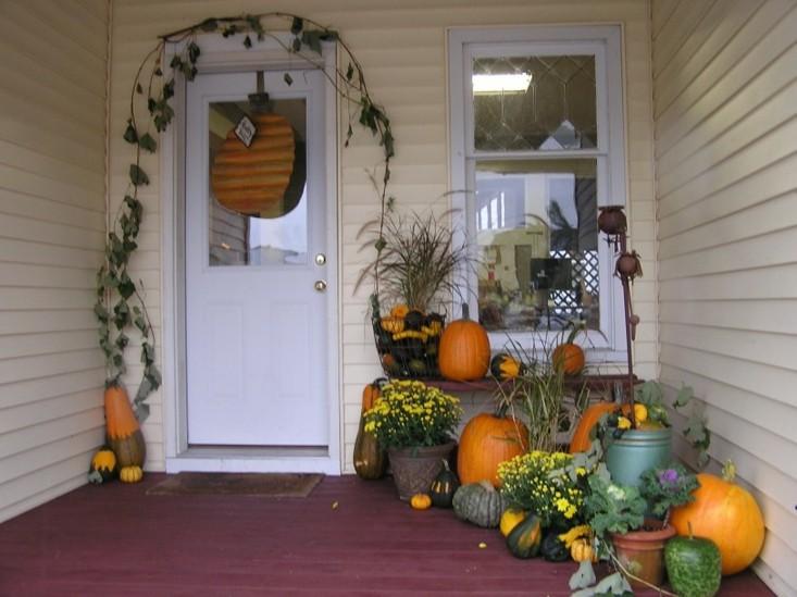adornar entrada casa calabazas piñas