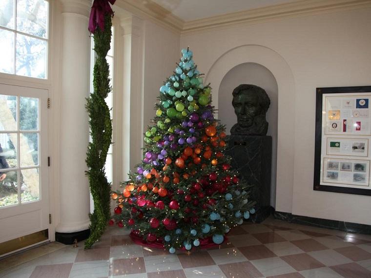 arbol de navidad precioso arcoiris colores bolas ideas