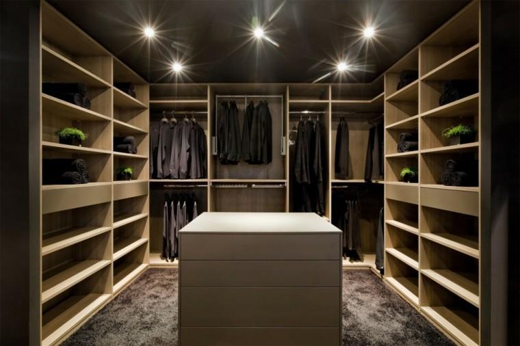 Vestidor con estanteru00edas de madera y cu00f3moda central