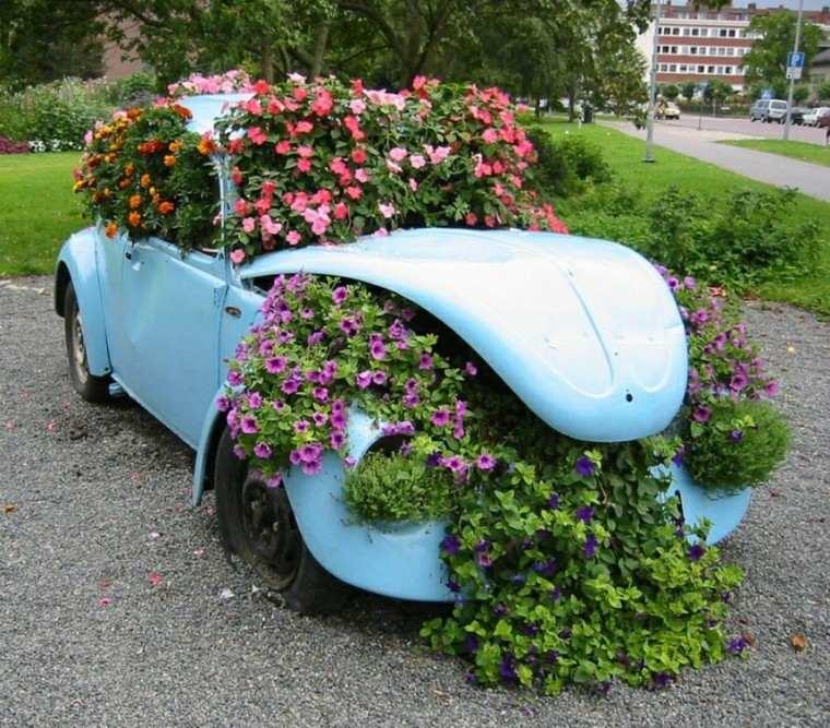 auto viejo azul flores grava