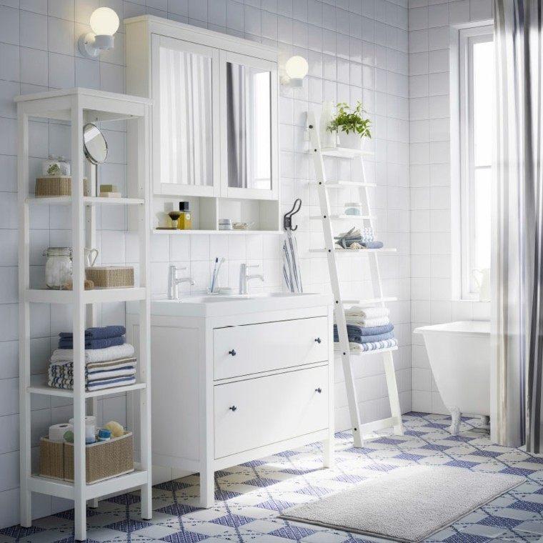cuarto de bao con muebles blancos