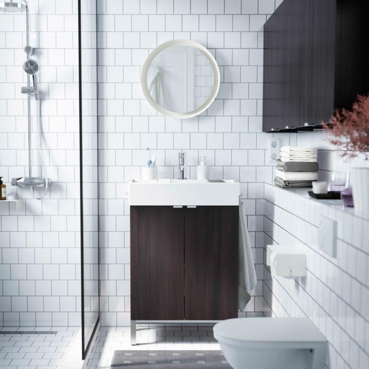baño azulejos blancos espejo redondo