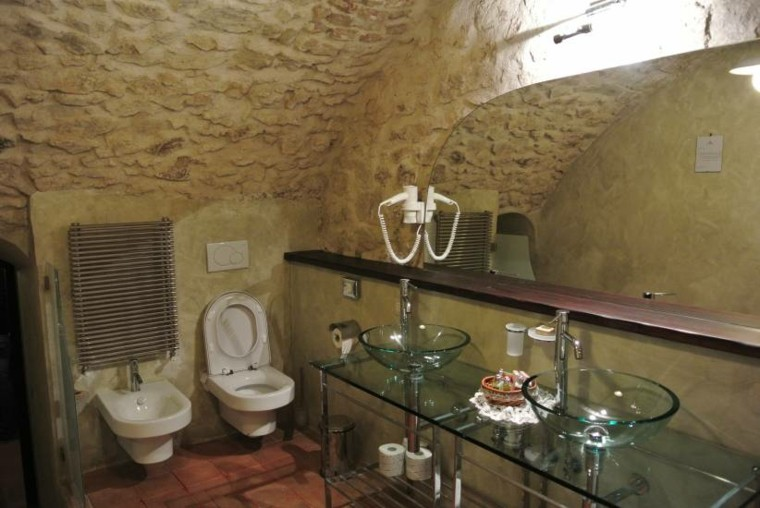 baño estilo rustico paredes piedra