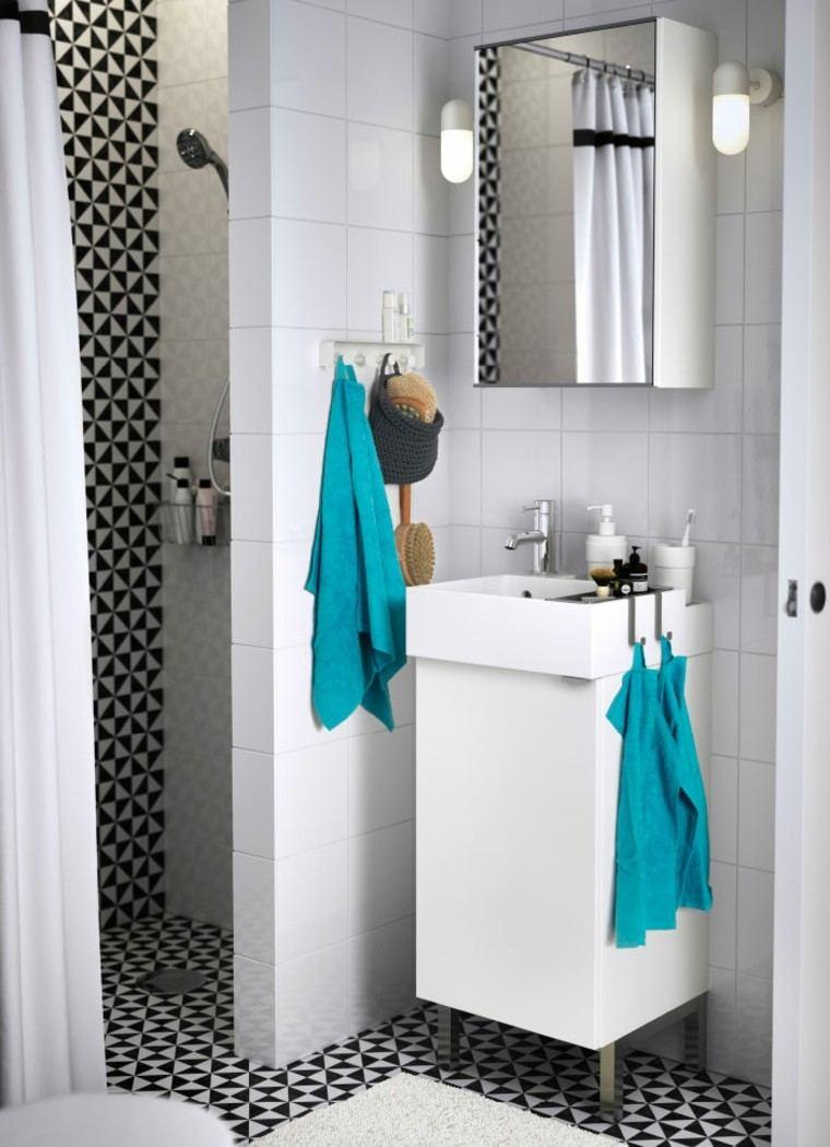 baño blanco toallas azules turquesa
