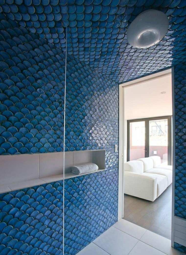 Baño Azul Con Blanco:Diseño de azulejos en forma de escamas de pez