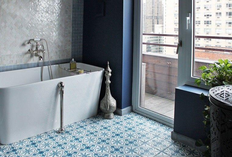 bano mosaico suelo banera blanco azul ideas