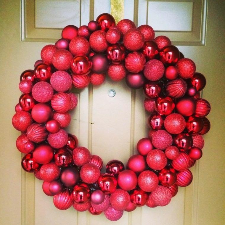 bolas rojas adornos coronas navidad