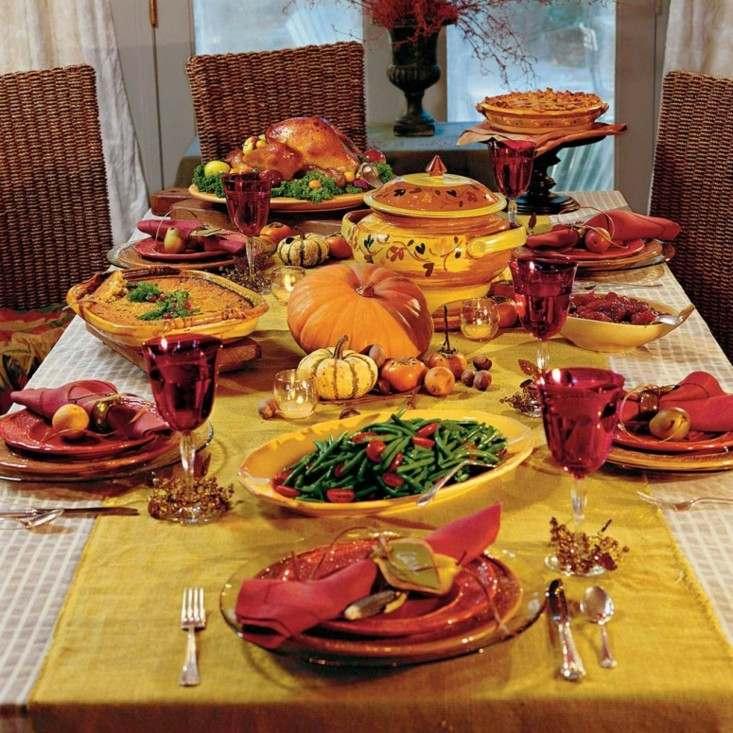 bonita mesa decorada calabazas