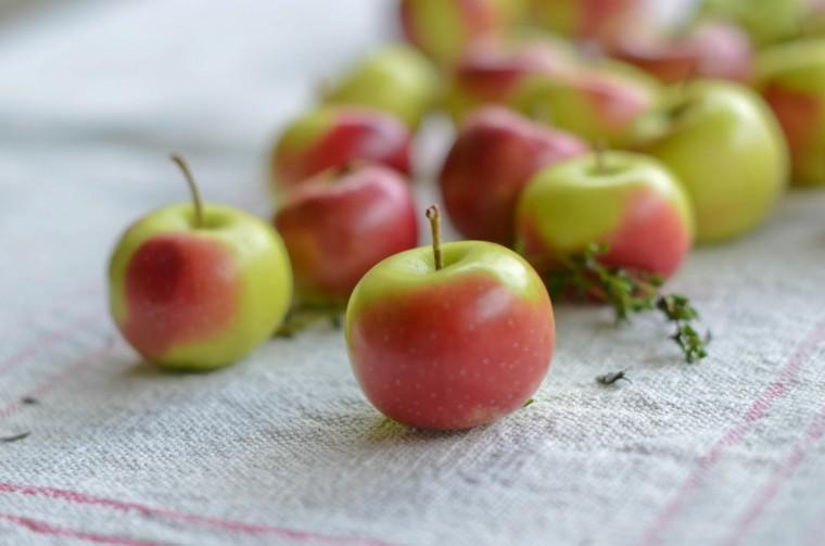 bonitas manzanas sobre mantel beige