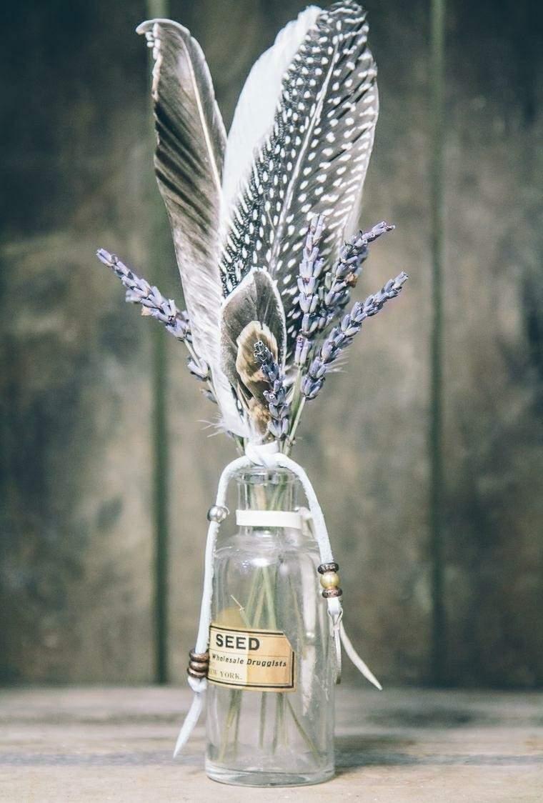 botella adornada plumas ave
