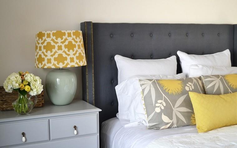 cabecero cama dormitorio moderno color gris cojines amarillos ideas
