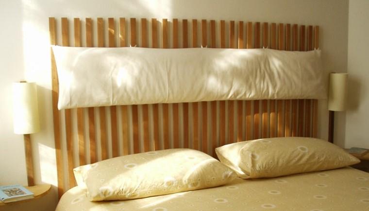 cabecero madera almohadones largos colgantes