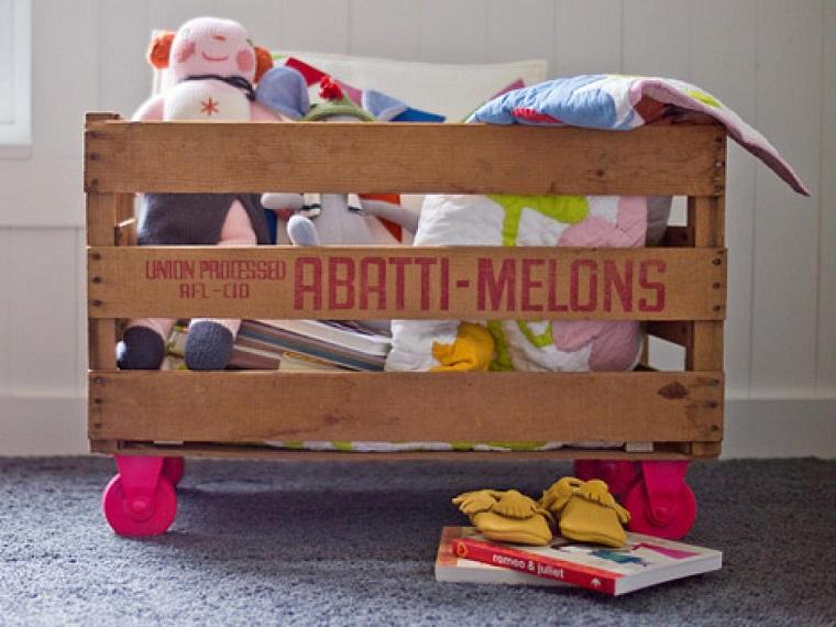 caja frutas madera ruedas rosa