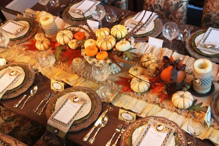 calabazas variadas cubiertos hojas mantel