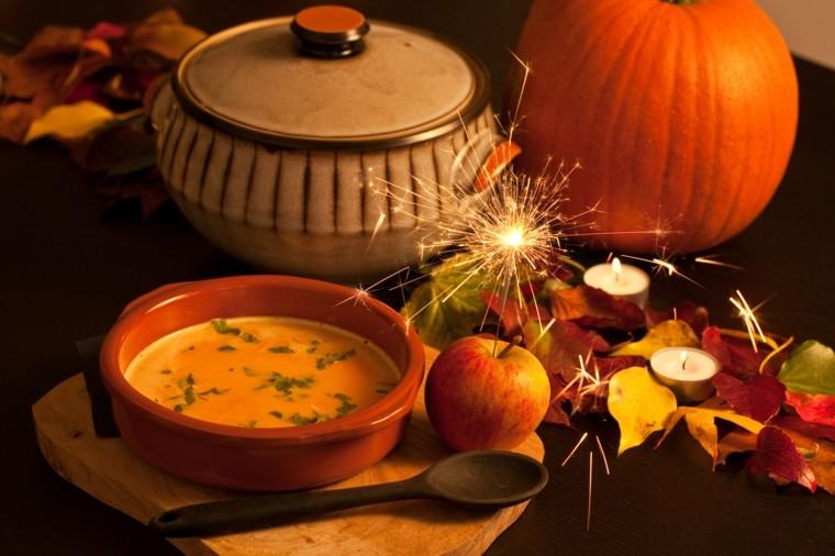 calabazas variadas cubiertos sopa cuchara