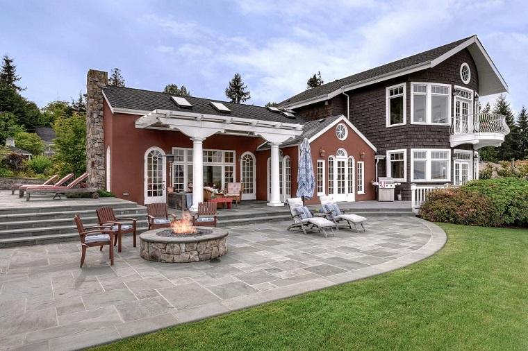 Pozo o plato de fuego y muebles modernos en el jard n for Casas con jardin grande