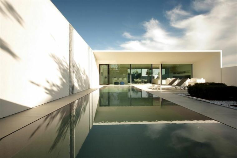 casa jardin moderno tumbonas muebles blancos piscina ideas