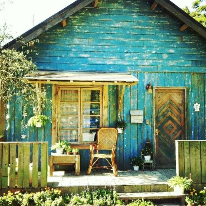 cabaña madera pintada azul