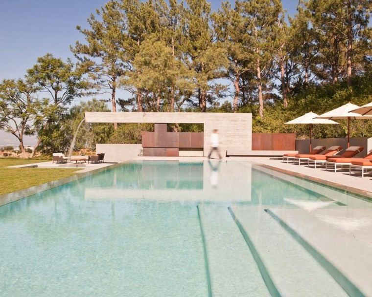 casa piscina escaleras tumbonas naranja ideas