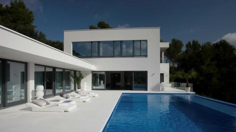 casa tumbonas blancas maceta piscina preciosa ideas